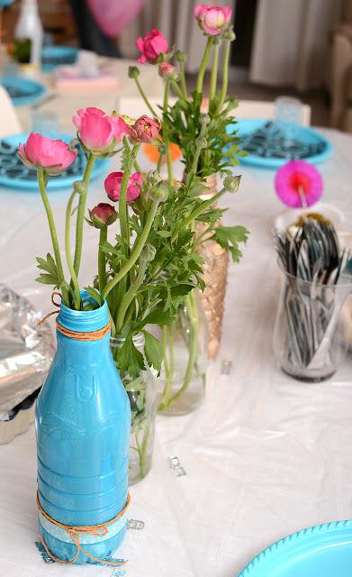הבקבוקים מקשטים את השולחן